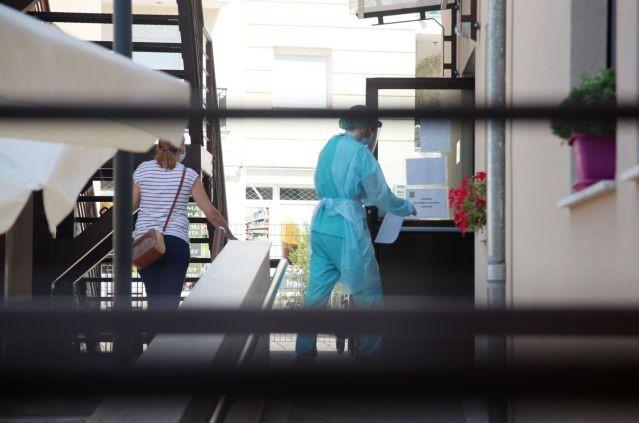 Κορωνοϊός : 32 κρούσματα σε οίκο ευγηρίας στο Περιστέρι | tovima.gr