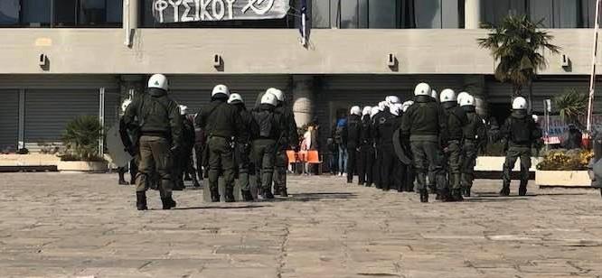 Θεσσαλονίκη : Έφοδος των ΜΑΤ στο ΑΠΘ για να σταματήσουν κατάληψη | tovima.gr