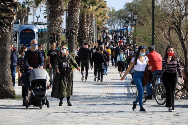 Lockdown : Εικόνες συνωστισμού στις παραλίες της Αθήνας παρά την απαγόρευση | tovima.gr