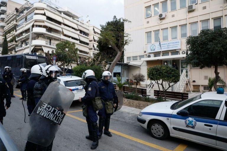 Δικηγόροι: Να τεθούν σε διαθεσιμότητα οι αστυνομικοί που μετείχαν στα επεισόδια της Νέας Σμύρνης | tovima.gr