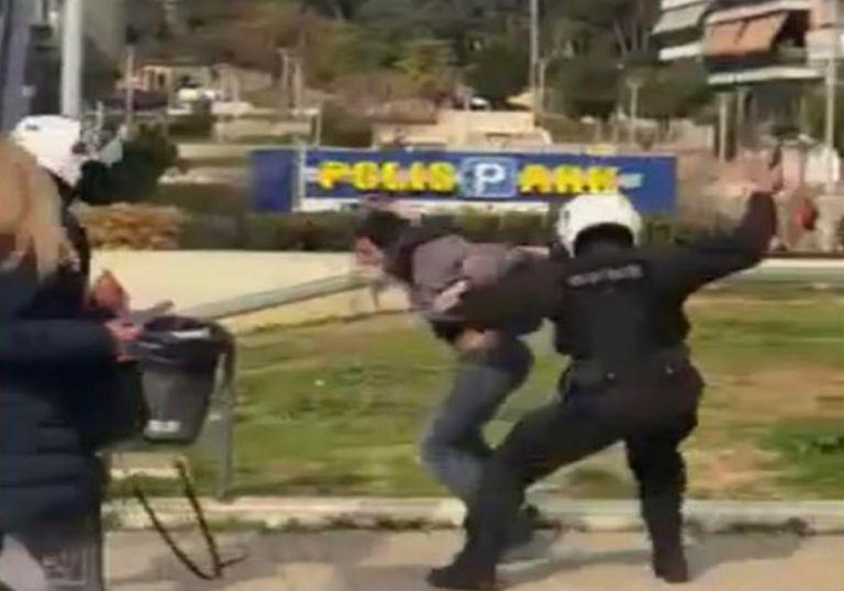 Σε διαθεσιμότητα ο αστυνομικός για τον ξυλοδαρμό πολίτη στη Νέα Σμύρνη   tovima.gr