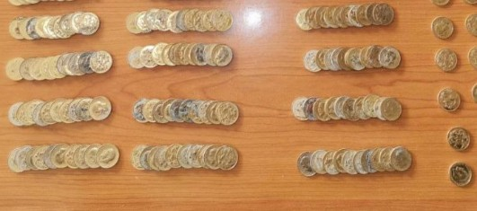 Καλαμάτα : 48χρονος έκρυβε στο σπίτι του 195 πιστά αντίγραφα χρυσών λιρών | tovima.gr