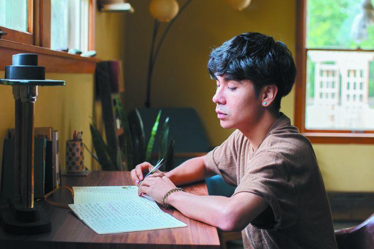 Οσιαν Βουόνγκ: Ο 33χρονος ποιητής που «μαγεύει» την Αμερική | tovima.gr