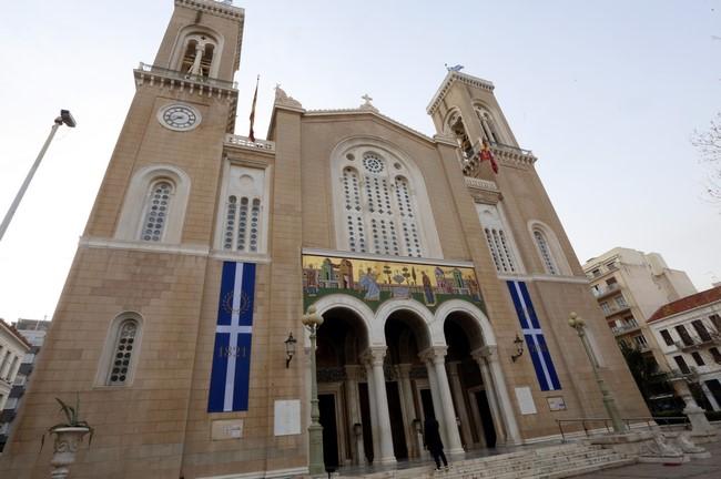 Παρουσία της ΠτΔ εορτάστηκε στη Μητρόπολη η Κυριακή της Ορθοδοξίας – Προς ποιους άφησαν αιχμές οι ιεράρχες | tovima.gr