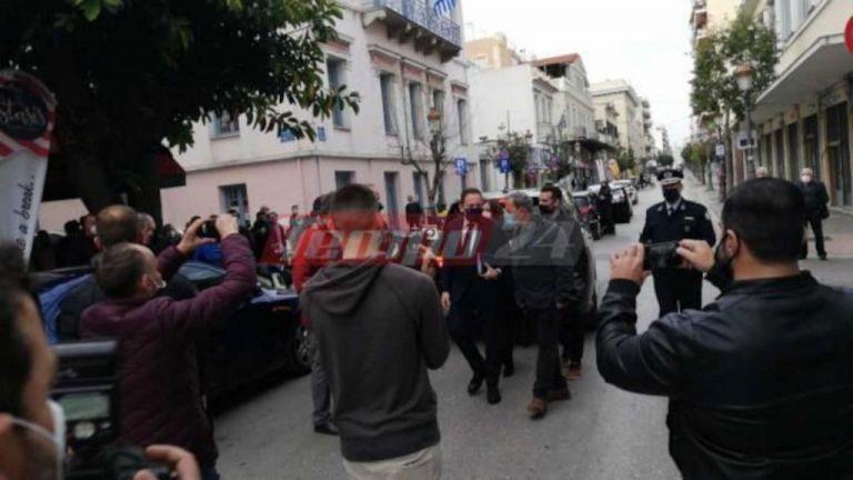 Δήμαρχος Πατρέων σε Πέτσα: Ανοίξτε τα καταστήματα – Νέα διαμαρτυρία μετά τη σύσκεψη | tovima.gr