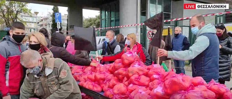 Θεσσαλονίκη: Καθιστική διαμαρτυρία με μαύρες σημαίες από παραγωγούς λαϊκών αγορών   tovima.gr