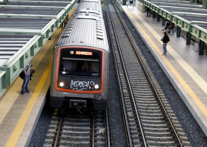 Επεσε στις ράγες στον σταθμό Φαλήρου – Διακοπή κυκλοφορίας | tovima.gr