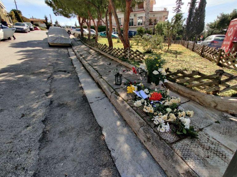 Γιώργος Καραιβάζ : Λουλούδια και κεριά στο σημείο όπου δολοφονήθηκε ο δημοσιογράφος | tovima.gr