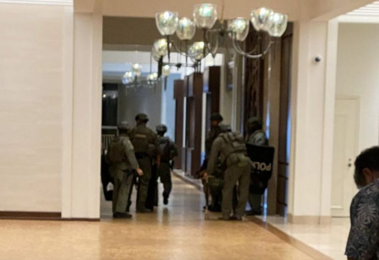 Συναγερμός σε χλιδάτο ξενοδοχείο στη Χονολουλού : Ένοπλος πυροβόλησε και ταμπουρώθηκε σε δωμάτιο   tovima.gr