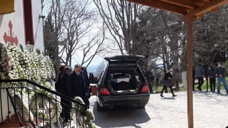 Γιώργος Καραϊβάζ : Θρήνος στο τελευταίο αντίο στον δημοσιογράφο | tovima.gr