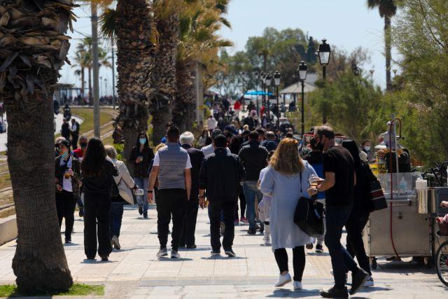 Αφήσαν τους εμπορικούς δρόμους και ξεχύθηκαν στις παραλίες οι Αθηναίοι   tovima.gr