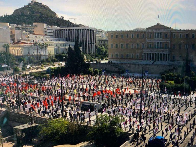 «Πόλεμος» για το 8ωρο : Κυβέρνηση VS αντιπολίτευσης – Σε διαφορετική γραμμή η ΓΣΕΕ από ΠΑΜΕ και ΑΔΕΔΥ | tovima.gr