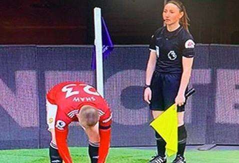 Premier League : Η ιρανική τηλεόραση έκοψε ως «ασεβή» πλάνα γυναίκας βοηθού | tovima.gr