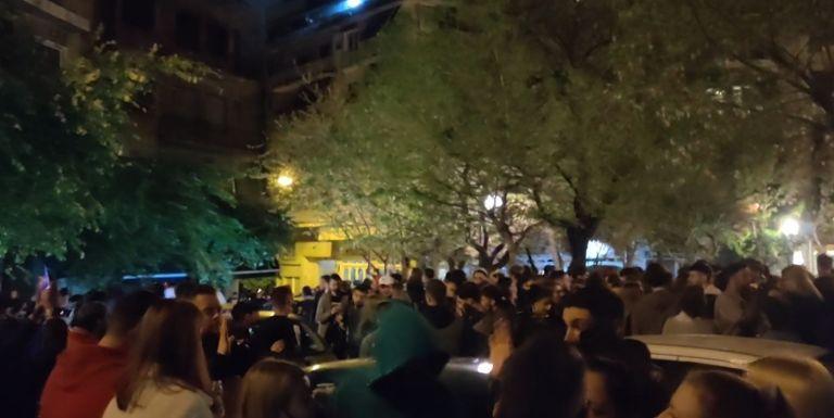 Κορωνο-πάρτι με εκατοντάδες άτομα και DJ σε πλατεία στην Κυψέλη | tovima.gr