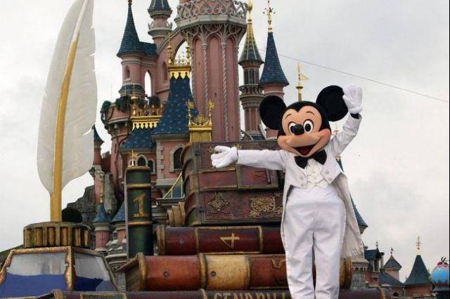 Mega εμβολιαστικό κέντρο γίνεται η Disneyland | tovima.gr