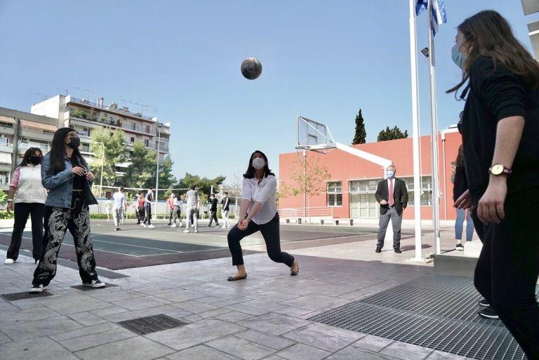Νίκη Κεραμέως: Ευχήθηκε καλό Πάσχα στους μαθητές παίζοντας βόλεϊ | tovima.gr