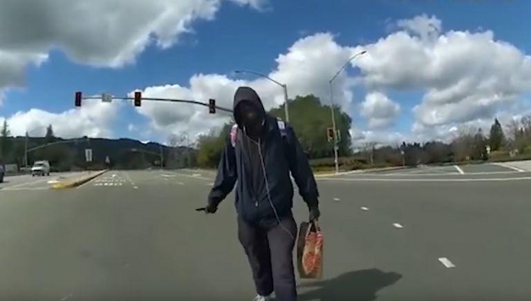 Βίντεο σοκ: Αστυνομικός στην Καλιφόρνια πυροβολεί και σκοτώνει άστεγο – Προσοχή σκληρές εικόνες | tovima.gr