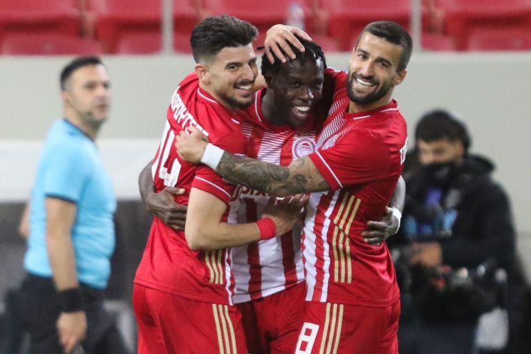 Ολυμπιακός – ΑΕΚ 2-0: Εντυπωσιακός Μπρούμα «καθάρισε» για τους πρωταθλητές   tovima.gr