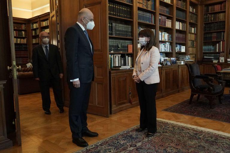Ελληνοτουρκικά και τριμερής στη συνάντηση Σακελλαροπούλου – Δένδια | tovima.gr