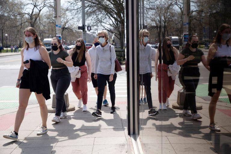ΗΠΑ: Χωρίς μάσκα σε εξωτερικούς χώρους οι εμβολιασμένοι | tovima.gr