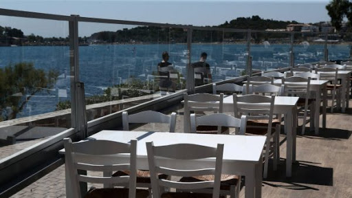 As restaurants, tourism re-open Greeks must still report their movement by SMS through 15 May | tovima.gr