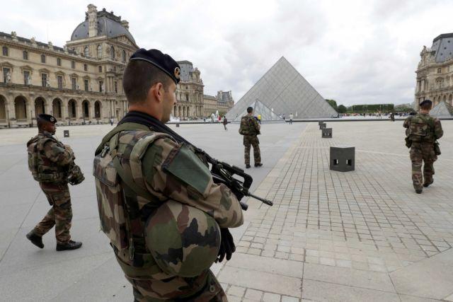 Σάλος στη Γαλλία – Στρατιωτικό νόμο ζητούν στρατηγοί και αξιωματικοί | tovima.gr