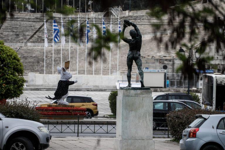 Lockdown: Γιατί ανοίγουν από αύριο οι διαδημοτικές μετακινήσεις και γιατί παρέμεινε το SMS | tovima.gr
