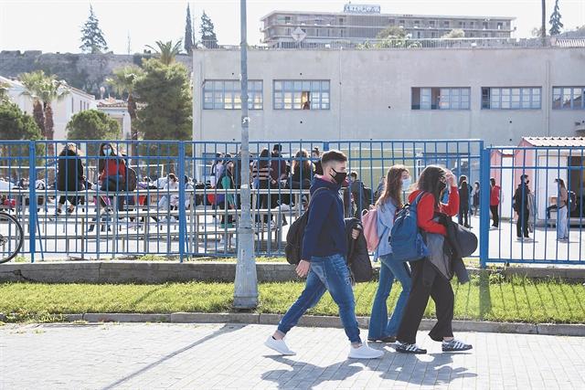 Διχάζει το άνοιγμα των λυκείων | tovima.gr