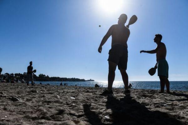Γέμισαν με κόσμο οι παραλίες της Αττικής | tovima.gr