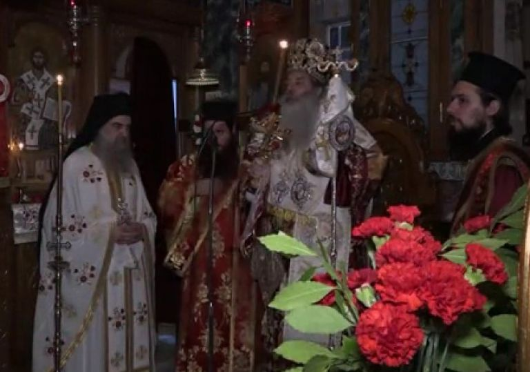 Η Ακολουθία της Αναστάσεως από τον Καθεδρικό Ιερό Ναό Αγίας Τριάδος Πειραιώς | tovima.gr