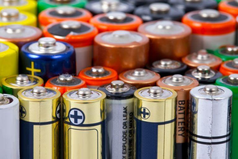 Το κόλπο για να δείτε αν μια μπαταρία είναι γεμάτη | tovima.gr