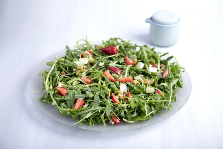 Σαλάτα με αβοκάντο, φράουλες και ψητό μανούρι | tovima.gr
