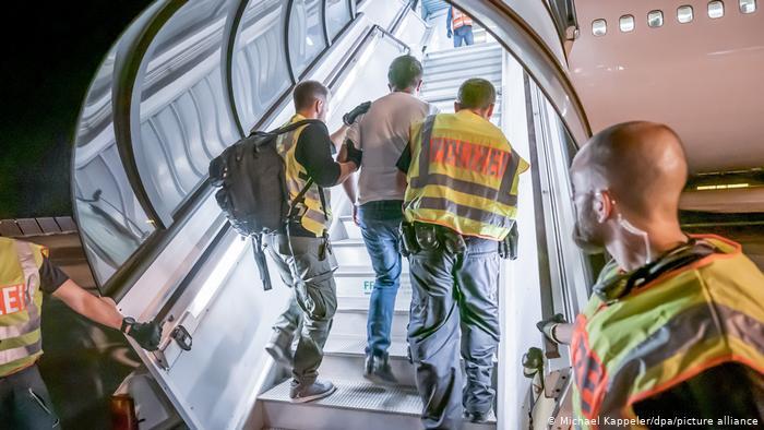 Γερμανικά ΜΜΕ: «Παράνομες οι απελάσεις-εξπρές στην Ελλάδα» | tovima.gr