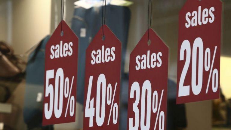 Ενδιάμεσες εκπτώσεις: Πώς θα λειτουργήσουν τα καταστήματα την Κυριακή | tovima.gr