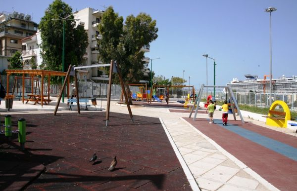 Πειραιάς: Πλήρης ανακατασκευή και νέα παιχνίδια στις παιδικές χαρές Αγίου Κωνσταντίνου και Ιππολύτου | tovima.gr