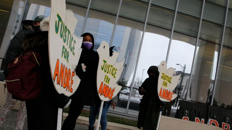 ΗΠΑ: Αποζημίωση 10 εκατ. δολαρίων σε οικογένεια άοπλου Αφροαμερικανού, που σκοτώθηκε από αστυνομικούς   tovima.gr