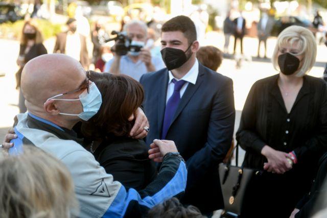 Γιώργος Καραϊβάζ: Θλίψη και συγκίνηση στο μνημόσυνό του   tovima.gr
