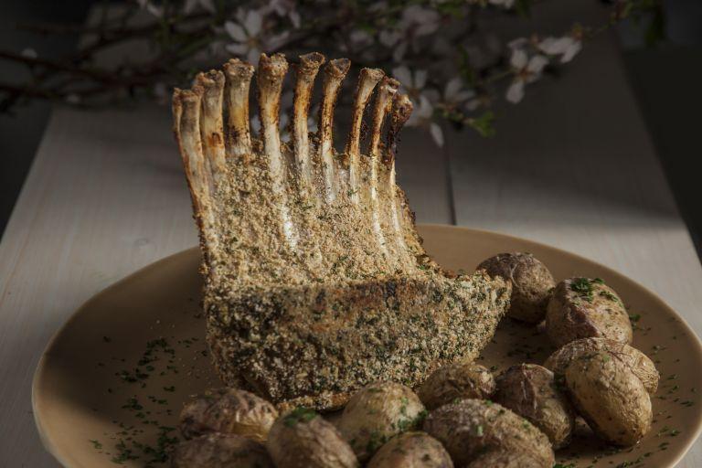 Καρέ αρνιού με κρούστα από μυρώνια, σκόρδο και αμύγδαλα | tovima.gr