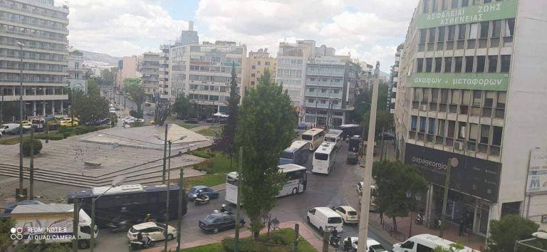 Απίθανα πράγματα: Εκατοντάδες οπαδοί του ΠΑΟΚ κάνουν ανενόχλητοι… tour στην Αθήνα | tovima.gr
