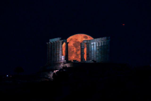 Δέος: Το «φεγγάρι των λουλουδιών» πάνω από τον ναό του Ποσειδώνα | tovima.gr