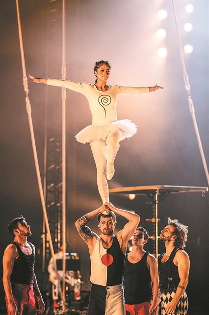 Ο Φίλιπ Γκλας στο τσίρκο | tovima.gr