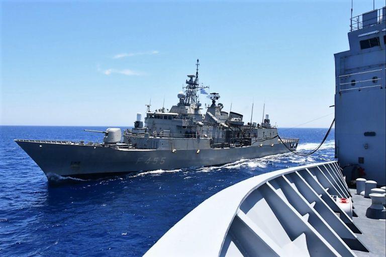 Η φρεγάτα ΣΑΛΑΜΙΣ στη ναυτική δύναμη που συνοδεύει το αεροπλανοφόρο Ντε Γκωλ | tovima.gr