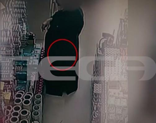 Πόρτο Ράφτη: Ηλικιωμένος ρασοφόρος φαίνεται σε βίντεο να κλέβει σε χρωματοπωλείο | tovima.gr