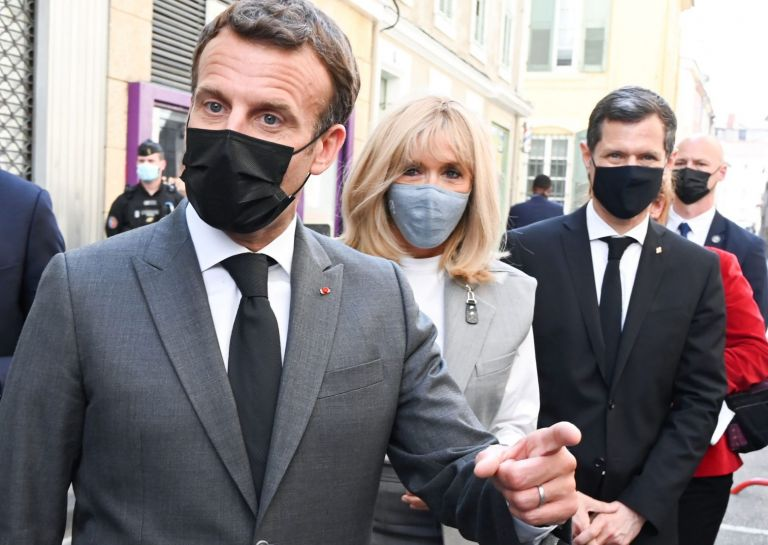Γαλλία: Η πρώτη δήλωση του Μακρόν μετά το χαστούκι – Νέο βίντεο στη δημοσιότητα | tovima.gr