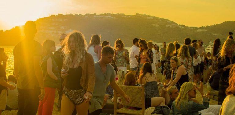 Βαριά πορτοφόλια, Αμερικανοί, beach parties και κλοπές   tovima.gr