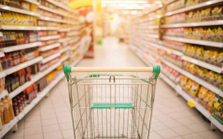Ανατιμήσεις έως 17% στα ράφια των σουπερμάρκετ – Ποια προϊόντα ακριβαίνουν | tovima.gr