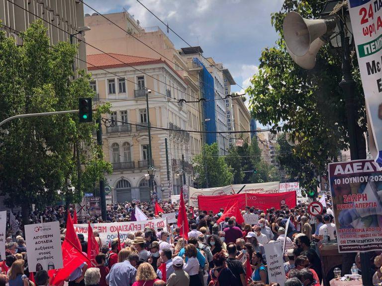 Απεργία: Δυναμικό «όχι» στο εργασιακό νομοσχέδιο – Μαζικές συγκεντρώσεις   tovima.gr