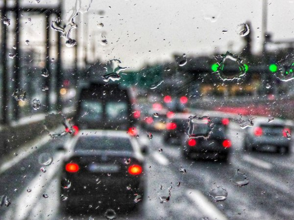 Κίνηση: Η σφοδρή βροχόπτωση στην Αθήνα έφερε μποτιλιάρισμα στο κέντρο | tovima.gr