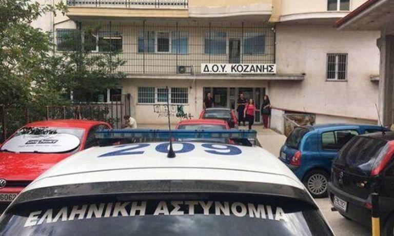 Κοζάνη: Ένοχος ο 45χρονος για την επίθεση με τσεκούρι στη ΔΟΥ – Ισόβια για ανθρωποκτονία | tovima.gr