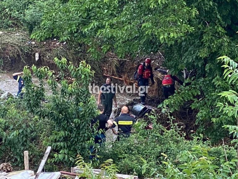 Βίντεο σοκ: Η στιγμή που ανασύρουν τον νεκρό άνδρα από τα ορμητικά νερά | tovima.gr